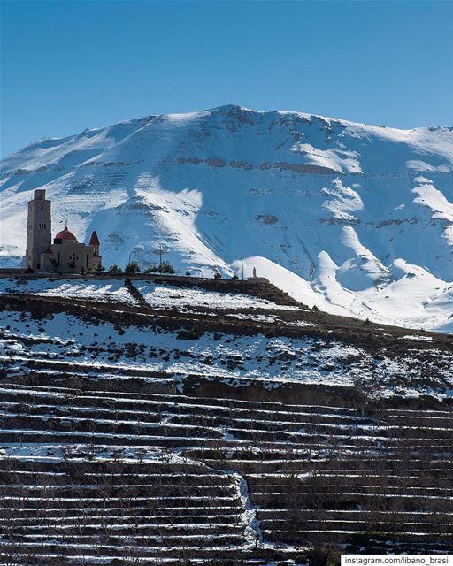 🇱🇧🇧🇷 Igreja e montanha. Típico cartão postal invernal do Líbano.⠀⠀⠀⠀⠀⠀ (Bcharré, Liban-Nord, Lebanon)