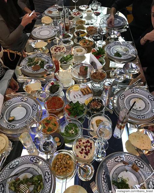 🇱🇧🇧🇷 OMG! Como não resistir ao banquete tipicamente libanês do @emsheri (Em Sherif)