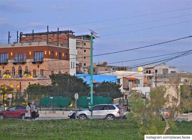 طُرقات مدينة صور و أحد أحيائها الذّهبية..يزيّنها قمراً بِنفس اللّون! قمراً... (Tyre, Lebanon)