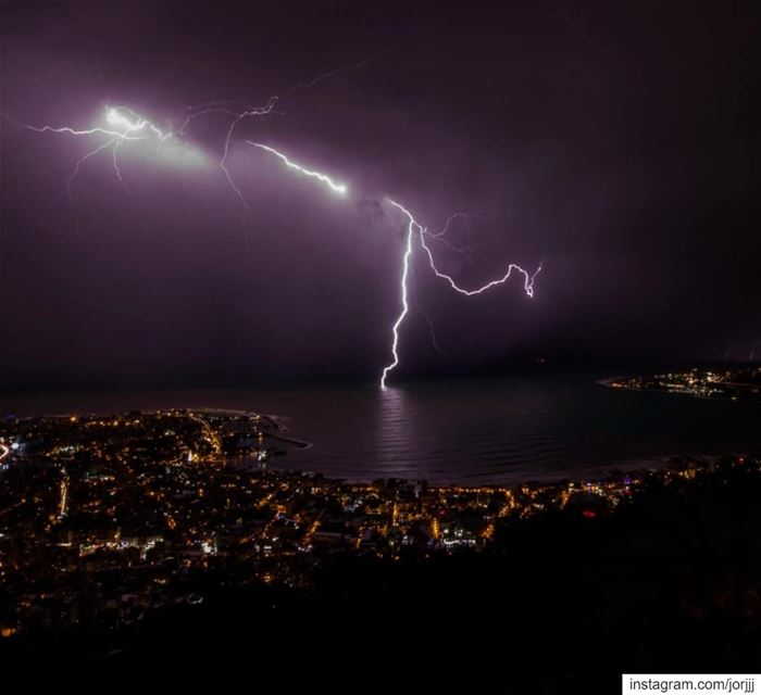 Hunting the light.... ⚡..... lightning  thunder  thunderlight  storm... (Harîssa, Mont-Liban, Lebanon)