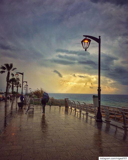 اديش كان في ناس عل المفرق تنطر ناسوتشتي الدني ، ويحملوا شمسيةوانا بايام ا (Beirut, Lebanon)