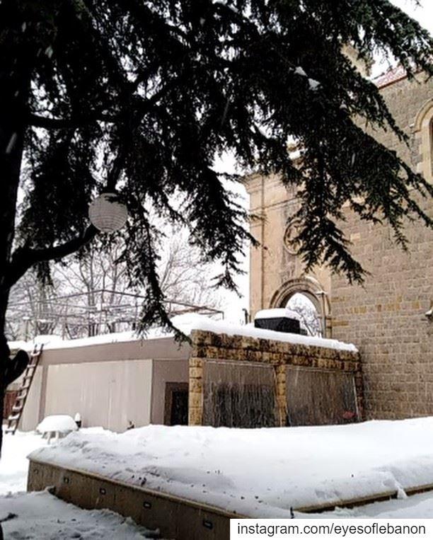 تساقط الثلج من سيدة الإنتقال تنورين الفوقا 😍Video taken by @jules.harb 😀 (Tannurin Al Fawqa, Liban-Nord, Lebanon)