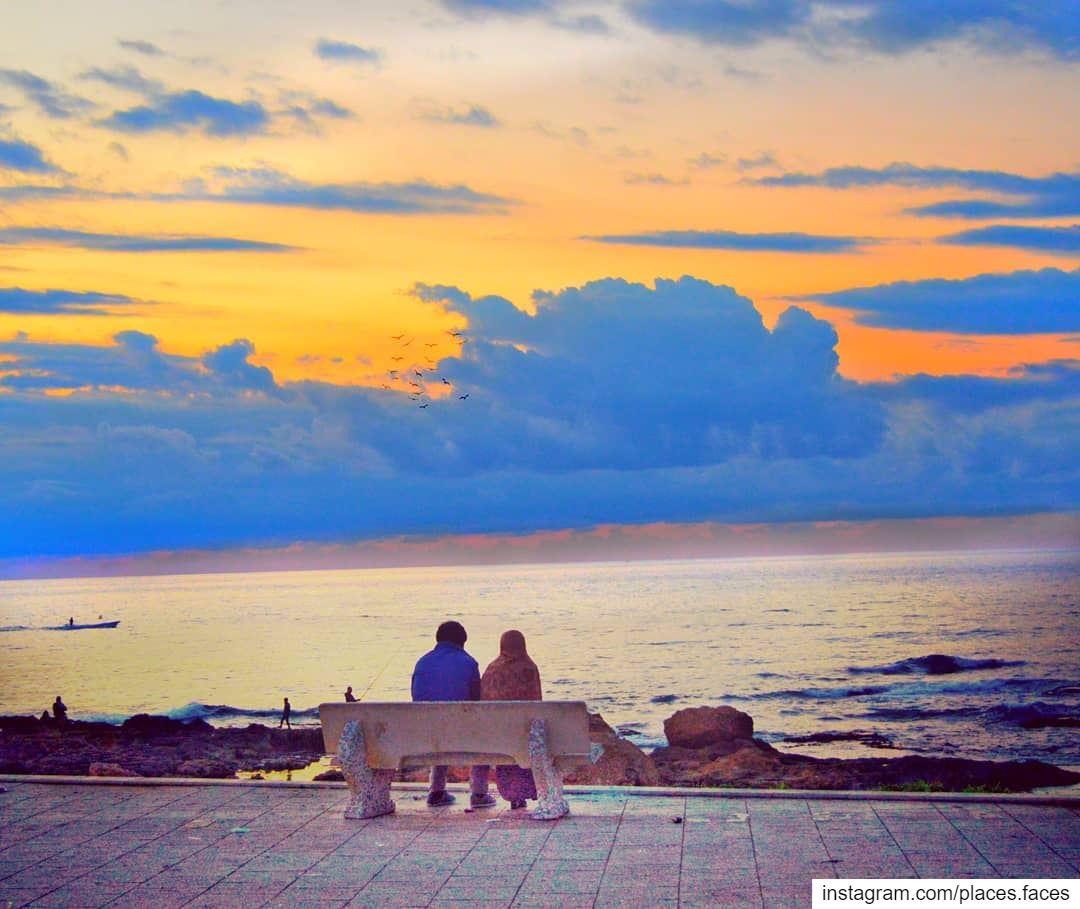 ألوان الحب إمتزجت مع الغروب لتعطينا شيئاً من الفن..محظوظان هما العاشقان..لي (Tyre, Lebanon)