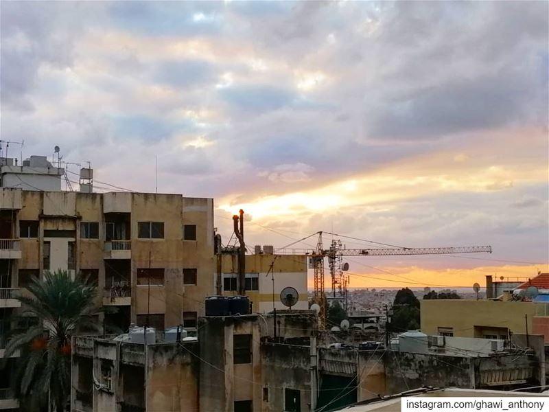 و عن السّطح طلعت هالصورة.. 💛______________________________________... (Hazmie, Mont-Liban, Lebanon)