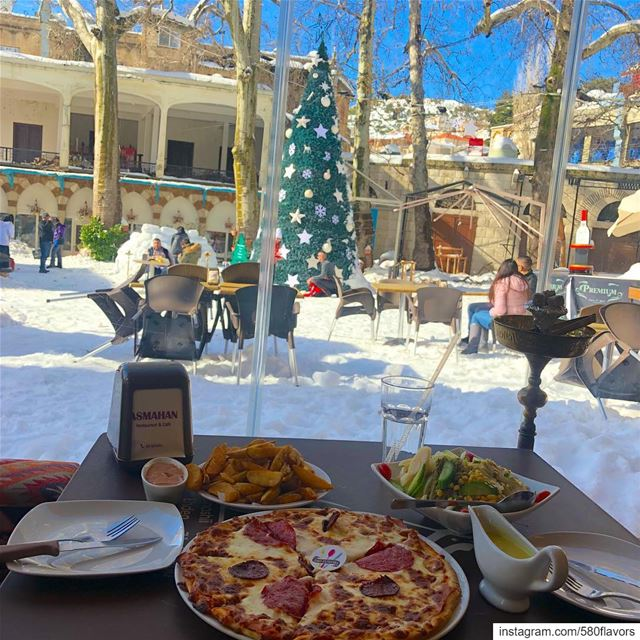 Pizza, fries & snow ❄️🍕 best snowy spread 😋😋 ehden @asmahan_group ..... (Ehden, Lebanon)