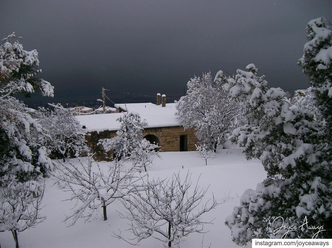 Hidden in white ❄️.. oldhouse chemlan shimlan lebanon village... (Chemlane, Mont-Liban, Lebanon)