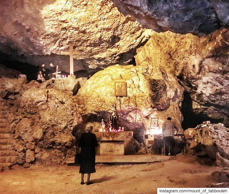 Тусклый свет, падающий на пористые камни, и ужасающие чугунные цепи на стен (Mar Antonios-Kozhaya)