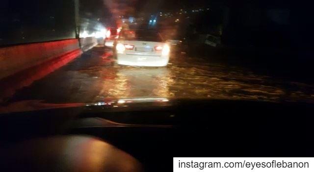 مُباشرةً: أوتوستراد البترون تجتاحه السيول 🌧 lebanon storm batroun ... (Batroûn)