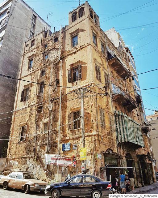 Типичное здание в центре Бейрута. В районе Зукак эль-Блат, где доминирующее (Beirut, Lebanon)
