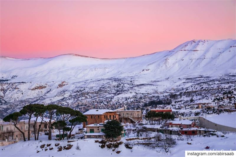 When the sun paints the sky in shades of pink on sunset time over the... (Hadath Al Jubbah, Liban-Nord, Lebanon)