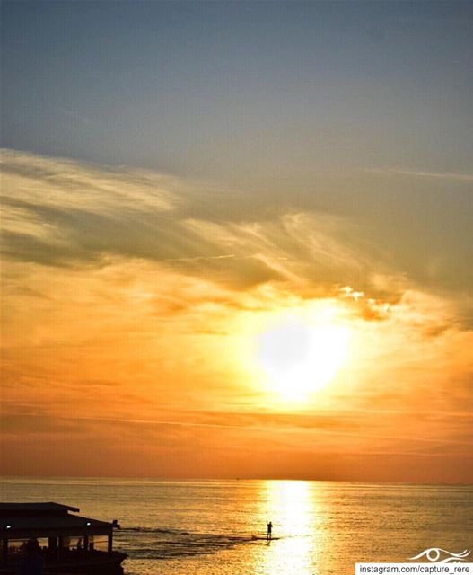 قف على ناصية الحلم و قاتل،قف تحت شمس الحلم،و اهرب من عتمة العالم.ريم مرع