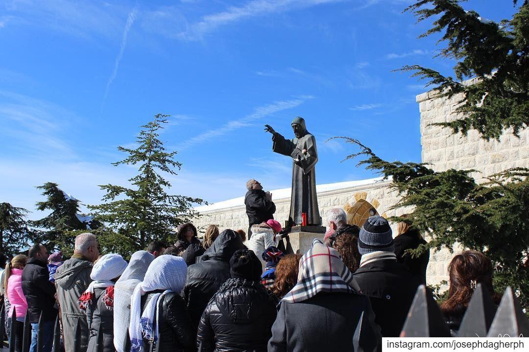 😇شو نفع السرعة والركض اذا الاتجاه غلطالقديس شربل... (Annâya, Mont-Liban, Lebanon)