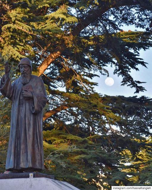 يا قديس المن عِنّا يا شربل صلّي عَنّا 🙏🏻🕯... (Mazar Saint Charbel-Annaya)