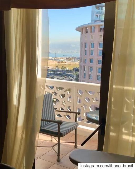 🇱🇧🇧🇷 Panorama de Beirute desde um quarto do icônico hotel Phoenicia.⠀⠀ (Phoenicia Hotel Beirut)