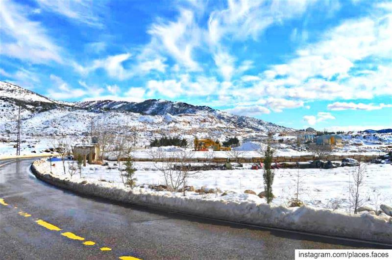 الثلج ببياضه يغسلنا من زيف الحياة ❄️❄️ Photo by @places.faces group... (Jezzîne, Al Janub, Lebanon)
