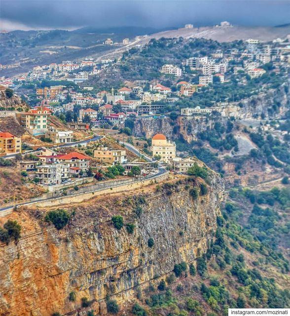 بحبّك! ما بعرف، هنّ قالوليمن يومها صار القمر أكبرعَ تلالنا، وصارت الزغلول (Jezzîne, Al Janub, Lebanon)