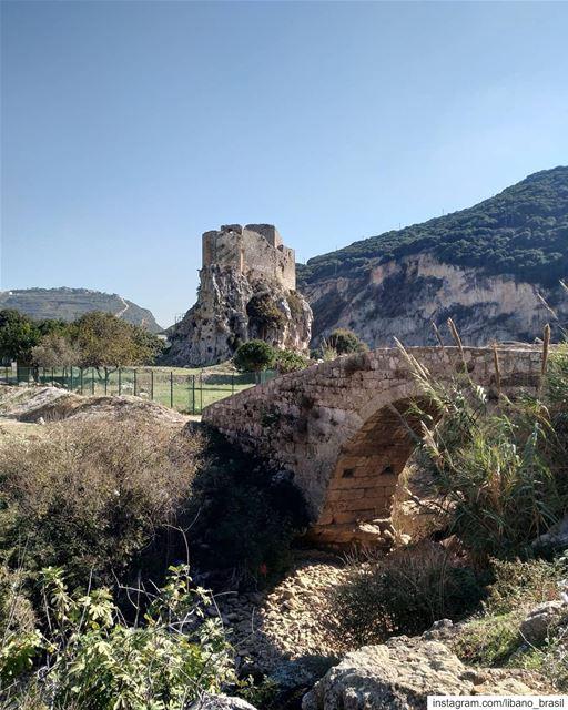 🇱🇧🇧🇷 Líbano e suas paisagens cinematográficas. Foto de @omega_blance. ⠀ (Mseilha Fort)