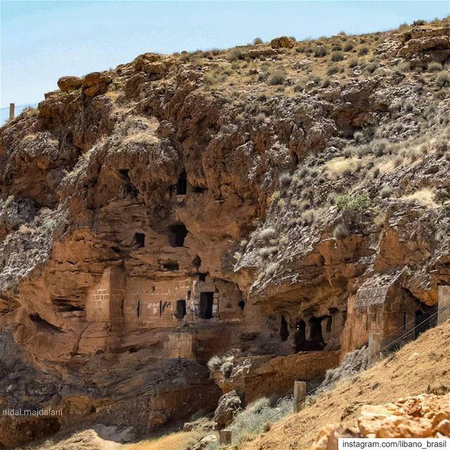 🇱🇧🇧🇷 Capadócia? Não, é o Líbano!O Mosteiro de São Maroun, ou a... (El Hermel, Béqaa, Lebanon)