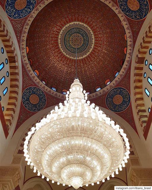 🇱🇧🇧🇷 Os arabescos talhados em ouro no teto, o gigantesco lustre... (Beirut, Lebanon)