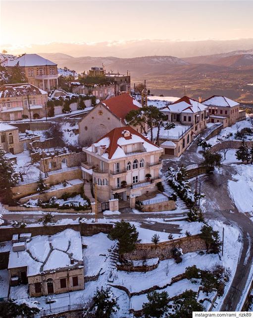 Snow-capped roofs of Rashaya 🏠... Rashaya bekaa dji djiglobal ... (Rachaïya, Béqaa, Lebanon)