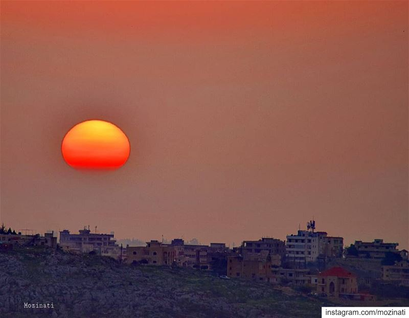 Many things in life can wait , but the sunset wont,  watch it 😍 ========== (Deïr Ez Zahrâni, Al Janub, Lebanon)
