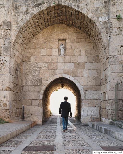 🇱🇧🇧🇷 Byblos e sua muralha medieval protegida pela imagem da Virgem... (Byblos, Lebanon)