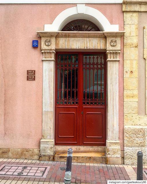 باب بالطّلعة أو بالنّزلة ؟ 🤪 door architecture street urban life ... (Saifi village)