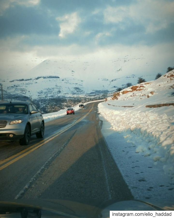شوف حالك بلبنان 🇱🇧❄️ snow snowing white nature tree road winter ... (Sannin, Mont-Liban, Lebanon)