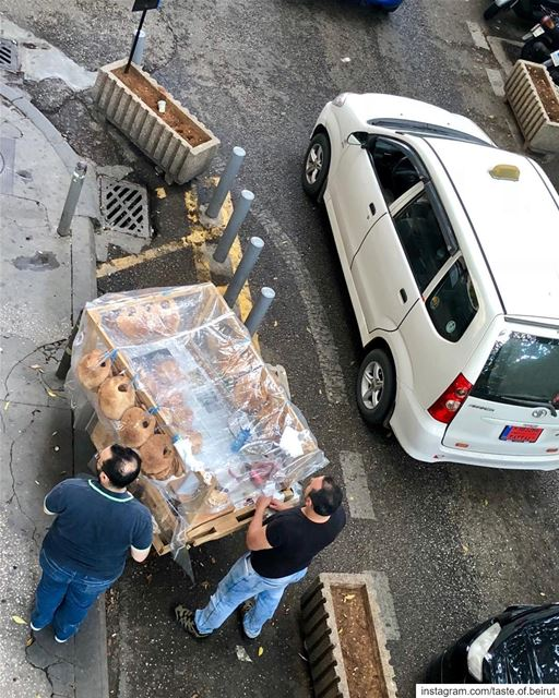 Kaak vendor setting up shop on a busy street corner. streetfood ... (AUBMC - Hamra)
