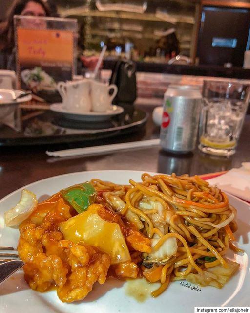 sweetandsourchicken noodles foodie chinesefood ananas chopsticks ... (Sinn Al Fil, Mont-Liban, Lebanon)