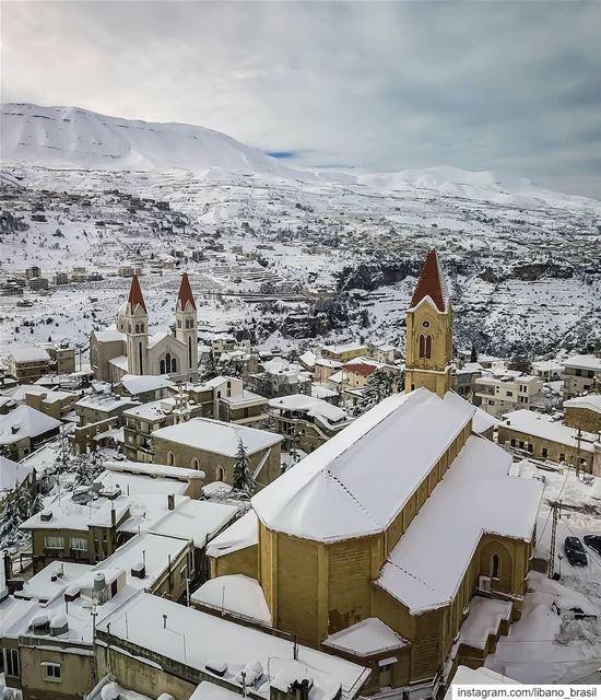 🇱🇧🇧🇷 Que bela foto do vilarejo cristão maronita de Bcharre abaixo de... (Bcharré, Liban-Nord, Lebanon)