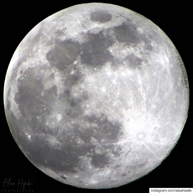 """هكذا ظهر القمر العملاق الكبير ليلة أمس.. """"القمر الدافئ المكتمل"""" وهو القمر ا (Baïssoûr, Mont-Liban, Lebanon)"""