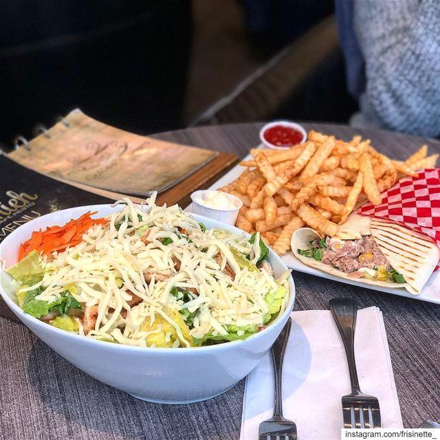 Qu'est ce que vous preferez ?Salade cesar 🥗ouSandwish au thon 🍟..... (Café Jounieh)