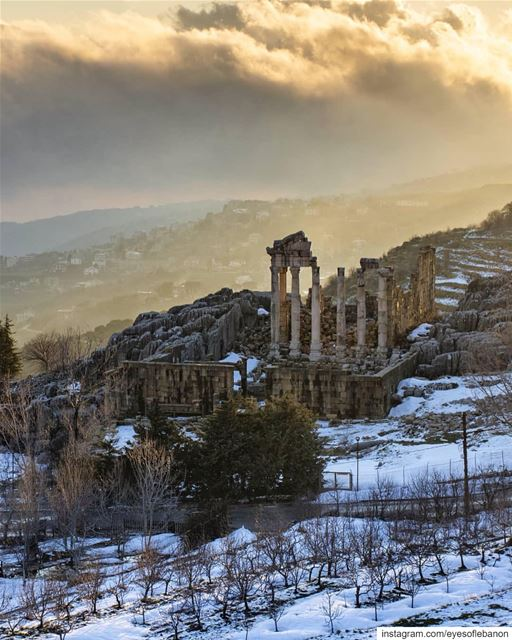 صباح الخير من فقرا ・・・ 😍😍😍Faqra Roman ruins - The golden hour - Fog... (Fakra Kfarzebian Liban)