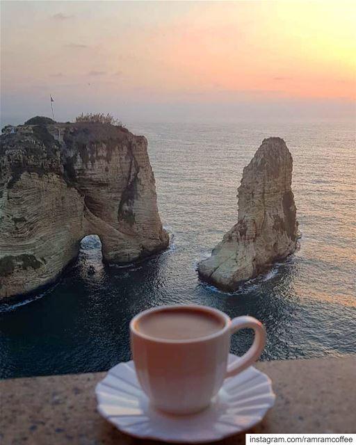 مساء الامل لذلك البعيد مهما كانت المسافة طويلة تظل انت الاقرب لقلبي...... (Raouche Rock , Beirut , Lebanon)