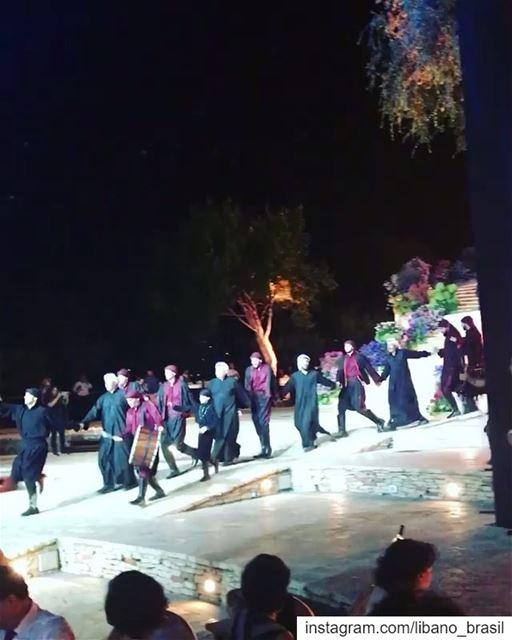 🇱🇧🇧🇷 Dabke, dança folclórica libanesa, num casamento típico realizado... (Chateau Rweiss)