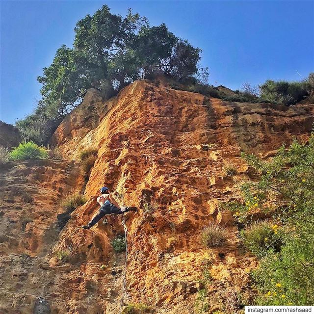 Red rock rocks 🤘🧗‍♂️.... climbing rockclimbing lebanon mountains... (Amchit)