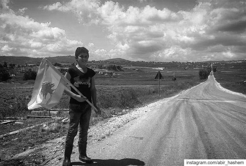 ككل ابناء الجنوب الصامدون، يقف عيسى على هذا الطريق الحدودي الذي تفصله عن فل (Kfarkela)