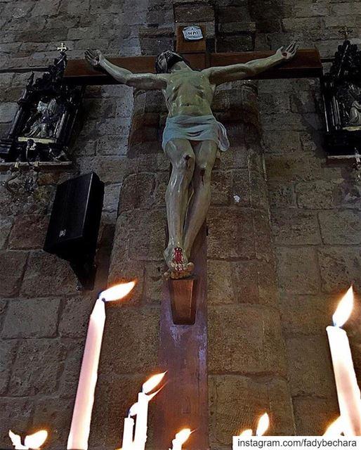 اليوم علق على خشبة الذي علق الأرض على المياهاكليل من شوك وضع على هامة ملك (Eglise St. Estephan Batroun)