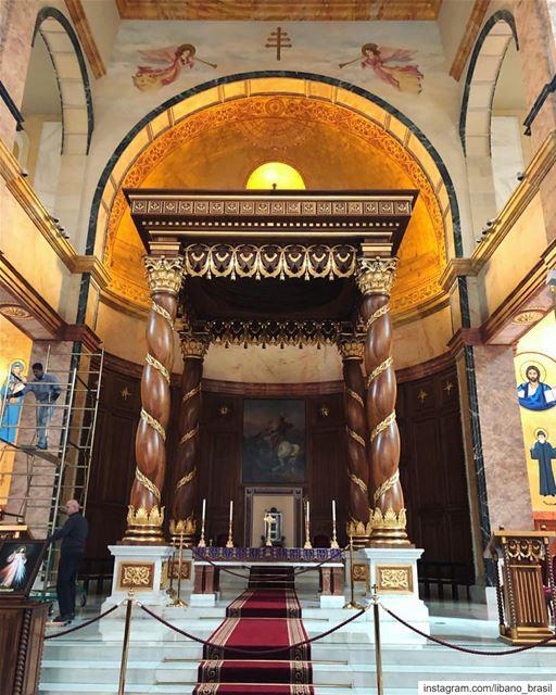 🇱🇧🇧🇷 As quatro colunas desta foto são feitas em madeira de cedro, árvor (Catedral de San Jorge (Beirut))