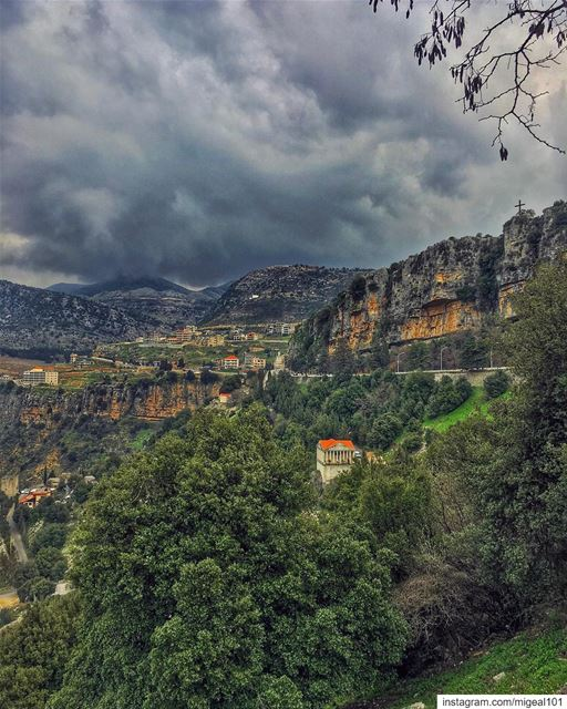 I saw you standing in the middle of the thunder and lightningI know you're (جزين - Jezzine)