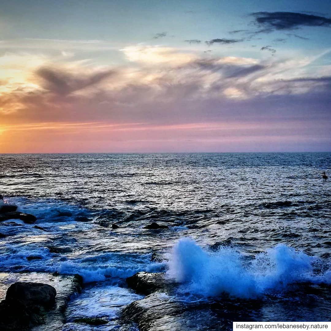Watch more sunsets than NetflixSwipe ⬅️.. beirut raouche rock ... (Beirut, Lebanon)