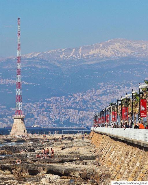 🇱🇧🇧🇷 Mar e montanha. Este é o Líbano resumido em uma imagem! Foto de @b (Beirut, Lebanon)