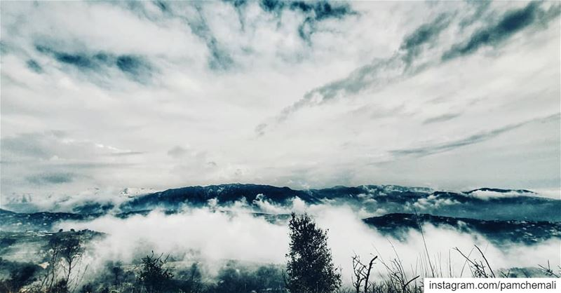 ...بين السما و الأرض غيمة صغيرة 🙏 liveloveannaya المسيح_قام...... (Annâya, Mont-Liban, Lebanon)