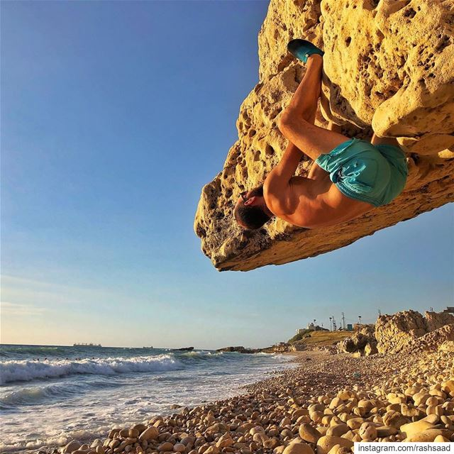 Just couldn't help it 🌝🧗‍♂️.... bouldering  climbing  rocks ... (Batroûn)