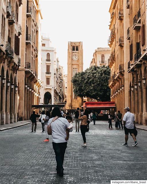 🇱🇧🇧🇷 Turistas começam a chegar em Beirute para a temporada de verão. E... (Place de l'Étoile)