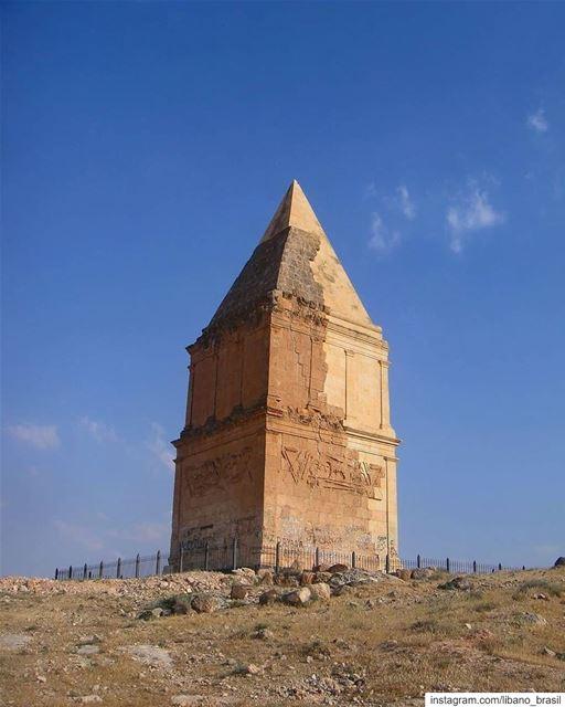 🇱🇧🇧🇷 Posicionada no topo de uma colina ao sul da cidade de Hermel,... (El Hermel, Béqaa, Lebanon)