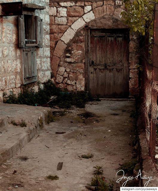 و مسَكَّر وناطر تَ يرجعوا الغيّاب...🏚🏚🏚🏚🏚🏚🏚🏚🏚🏚🏚 lebanon ... (Dhoûr Ech Choueïr, Mont-Liban, Lebanon)