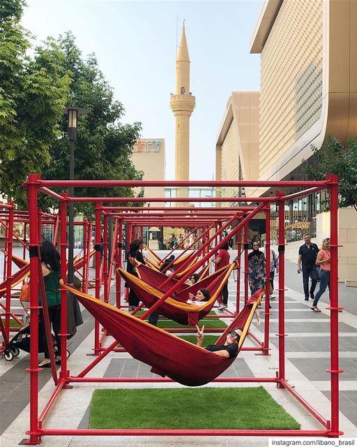 🇱🇧🇧🇷 Criativa instalação de arte urbana nas ruas do centro de Beirute... (Beirut Souks)