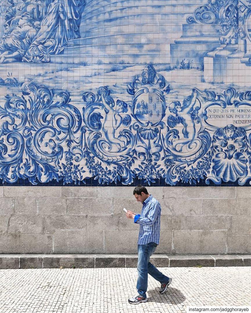 ~ Thanks for the photobomb🚶♂️💙 ~... Porto portugal church tiles ... (Porto, Portugal)